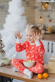 クリスマスの朝にかわいい女の赤ちゃん