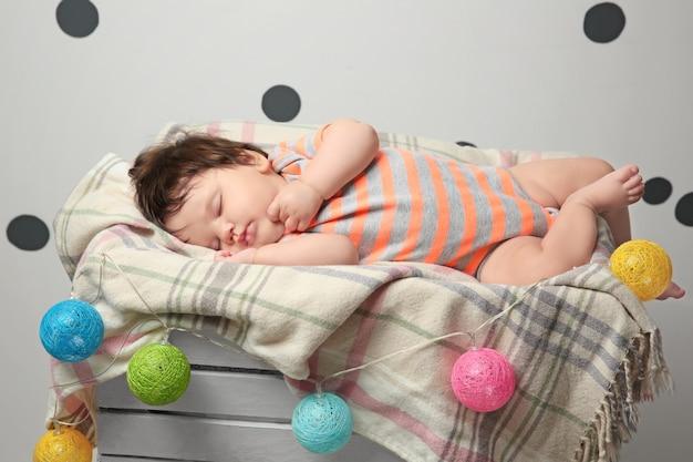 家で寝ているかわいい女の赤ちゃん