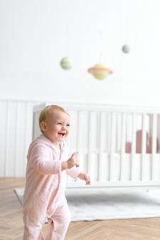 Bambina carina che sorride nel suo vivaio