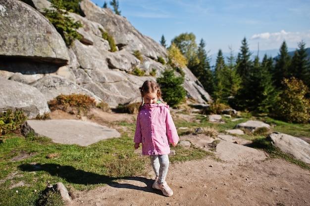 山の中でかわいい赤ちゃんの女の子。小さな発見者。
