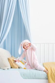 부활절 토끼 의상을 입은 귀여운 아기