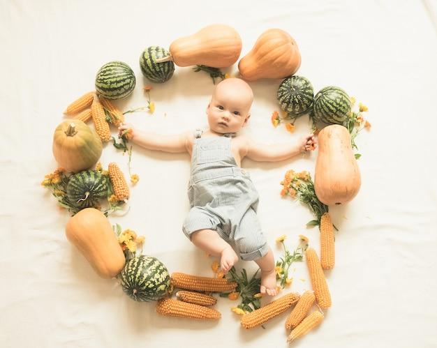 かわいい赤ちゃんは秋の収穫の輪にあります