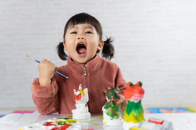테이블에 귀여운 아기 그림 석고 인형