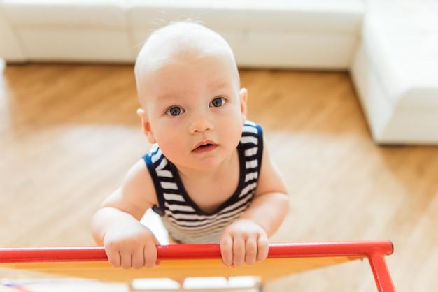 귀여운 아기는 홈 스포츠 단지에서 체조 운동을 수행