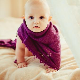 큰 침대에서 노는 귀여운 아기
