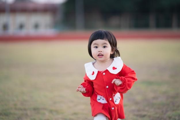 Милый ребенок, бегущий на стадионе