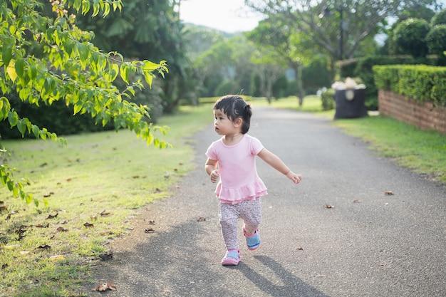庭で走っているかわいい赤ちゃん