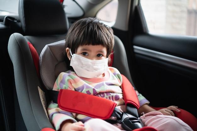 車の安全シートに座っているかわいい赤ちゃん