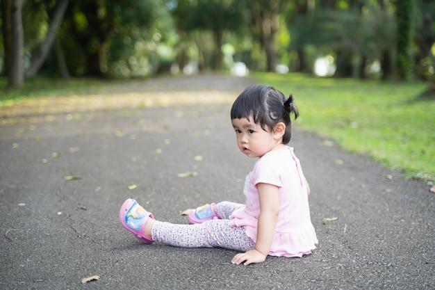 庭に座っているかわいい赤ちゃん