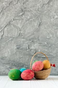 Симпатичная корзина и цветные яйца