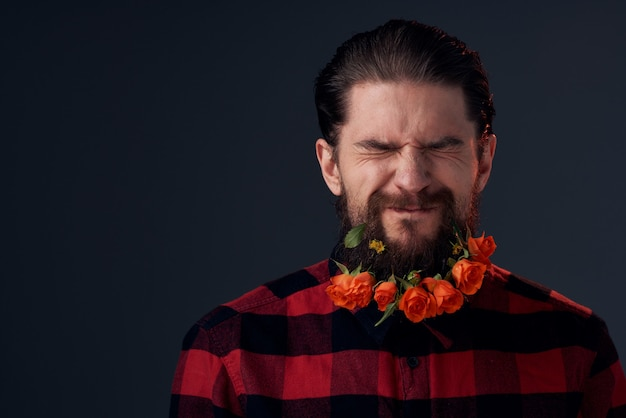 Милый бородатый мужчина цветы украшение клетчатой рубашки эмоции. фото высокого качества