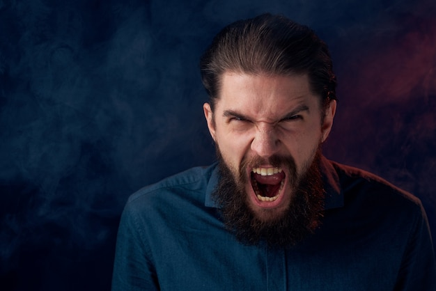 シャツのエレガントなスタイルのクローズアップ暗い背景のかわいいひげを生やした男。