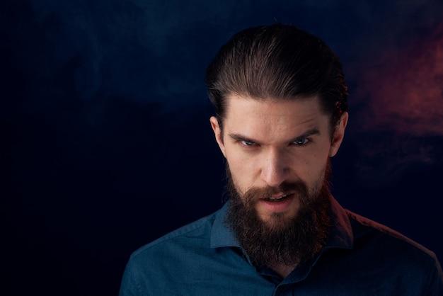 シャツのエレガントなスタイルのクローズアップダークでかわいいひげを生やした男