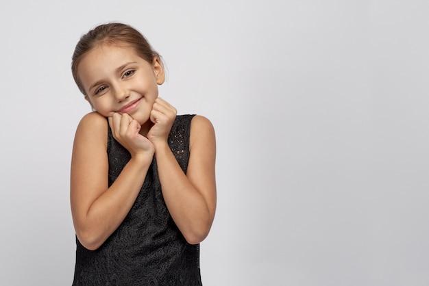 幼い頃から夢見ていた贈り物を手に入れて嬉しそうなかわいい美少女ベイビーは、お母さんやお父さんにこんなに驚きの用意をしてくれてとても感謝しています。