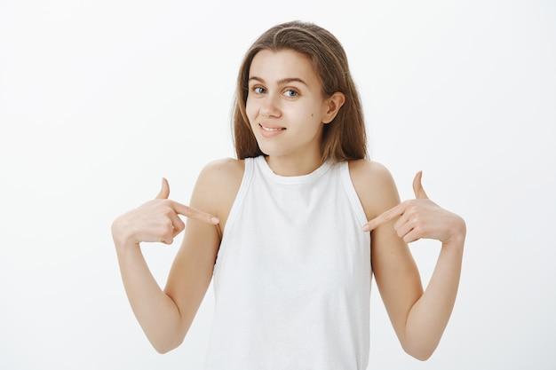 自分を指して、ボランティア、個人的な成果について話しているかわいい美少女