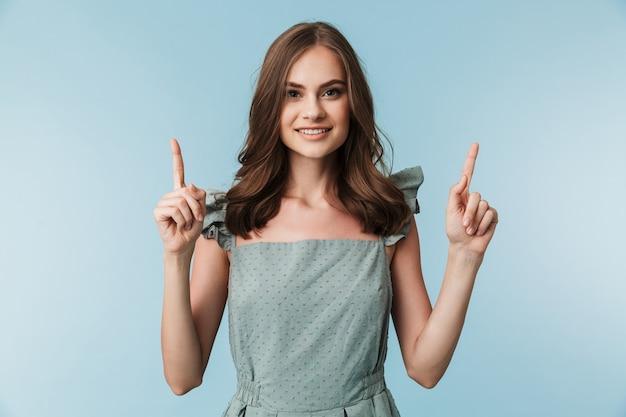 かわいい美しい若い女性が指しています。