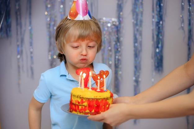 케이크를 끄고 귀여운 생일 소년