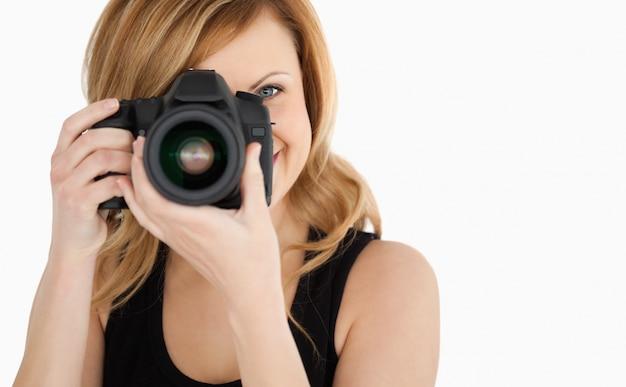 Симпатичная блондинка женщина с фото с камеры