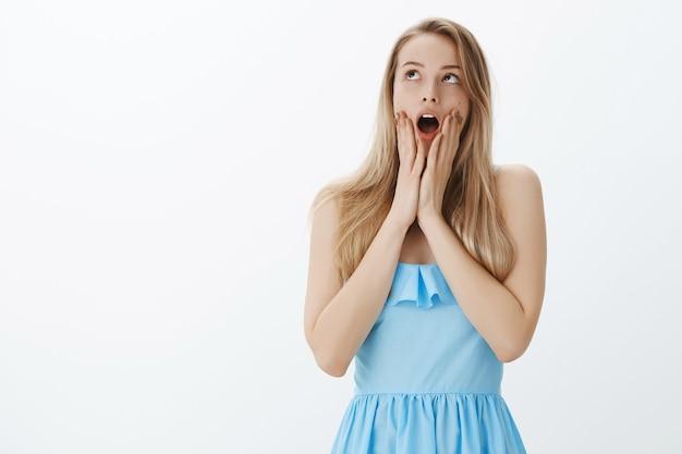 Милая блондинка в стильном синем платье