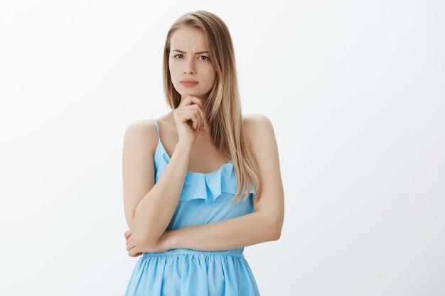 세련 된 파란 드레스에 귀여운 금발 소녀