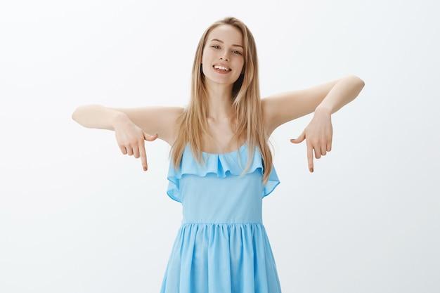 Ragazza bionda carina in vestito blu alla moda
