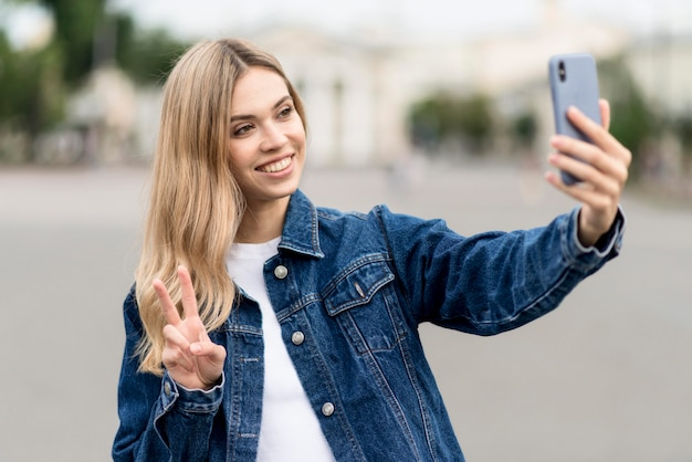 귀여운 금발 소녀는 selfie를 복용