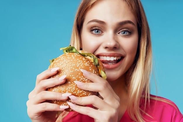 핑크 셔츠 햄버거 스낵 재미에 귀여운 금발