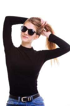 Милая блондинка держит солнцезащитные очки в студии на белом фоне. изоляция.
