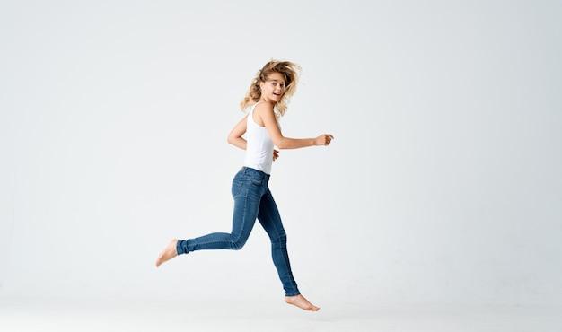 Симпатичная блондинка волчанка танец движение эмоции положительные