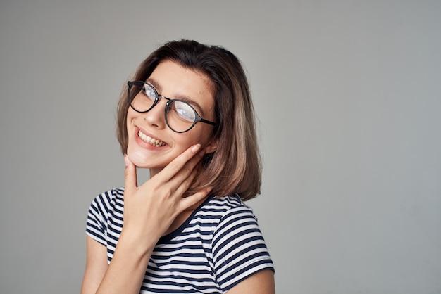 ストライプのtシャツグラマーファッションのメガネでかわいいブロンド