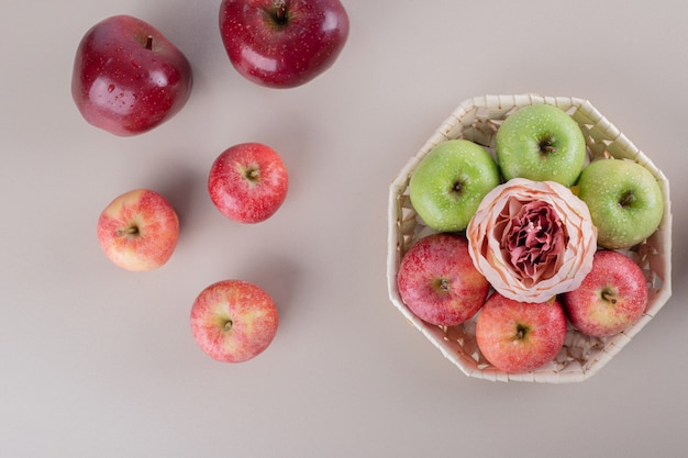Scatola carina con mele su bianco.