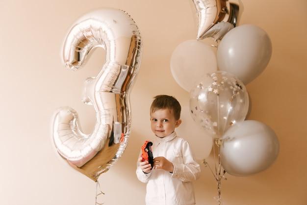 그의 생일을 축하하는 귀여운 소년
