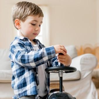 かわいい男の子が彼のレースカーを修正