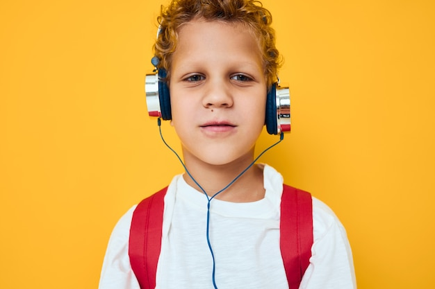 かわいい男の子のヘッドフォンテクノロジー音楽ガジェット。高品質の写真