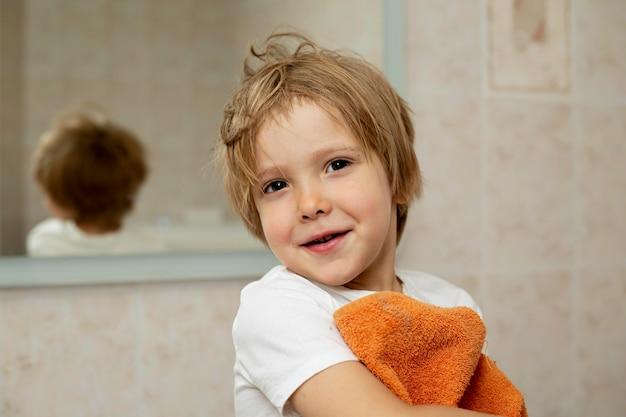 バスルームでかわいい男の子
