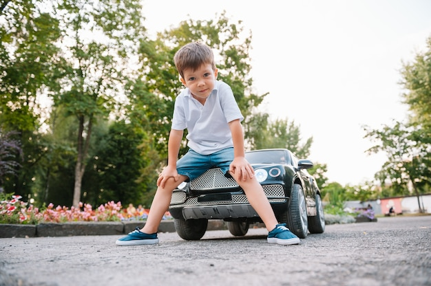 公園で黒い電気自動車に乗ってかわいい男の子