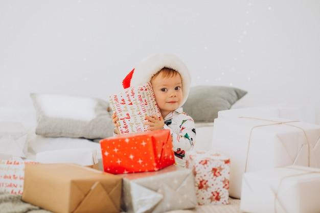 산타 모자 openning에 귀여운 소년 크리스마스에 선물