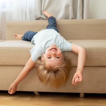 ソファの上のかわいい男の子