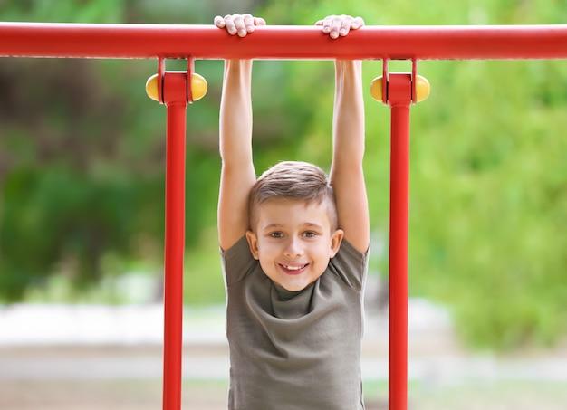 Милый мальчик на детской площадке
