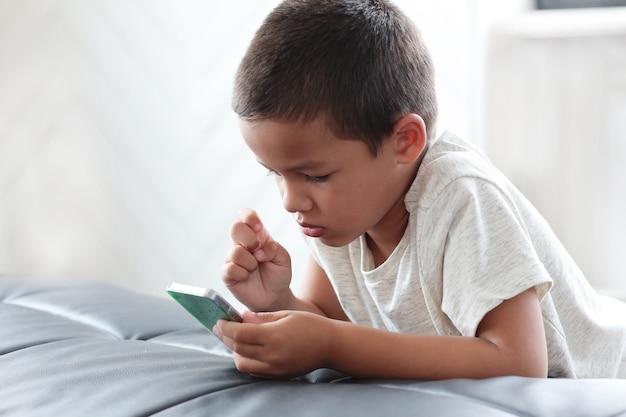 Милый мальчик с помощью смартфона