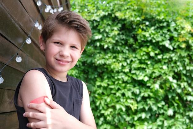 コロナウイルス感染症の予防接種を受けたかわいい男の子。 covid-19に対するワクチン接種。スプートニクvスペースをコピーします。