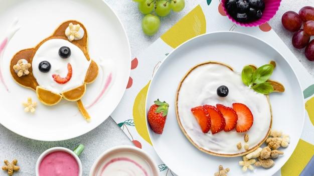 かわいい朝食の背景、子供のパンケーキとチョコレートシリアル