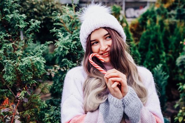 Милая брюнетка в свитере с елкой