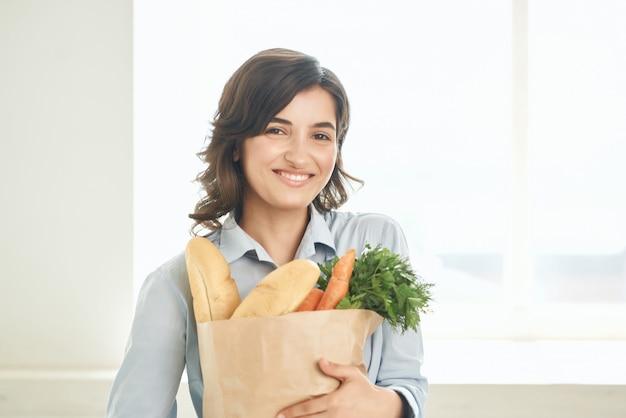 건강 식품 슈퍼마켓 패키지와 함께 부엌에서 귀여운 갈색 머리