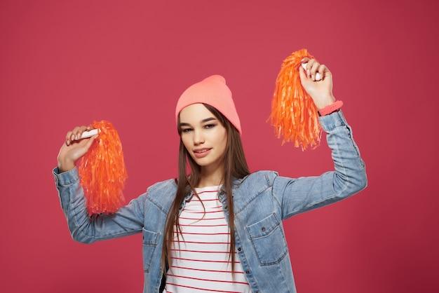 핑크 모자 치어 리더 댄스 승리를 입고 귀여운 갈색 머리