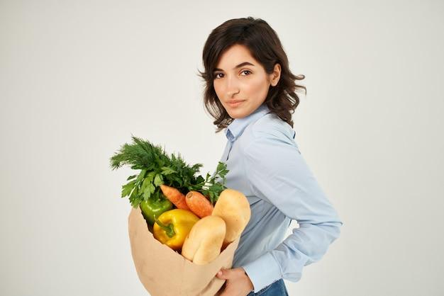 食品パッケージ健康食品明るい背景を持つかわいいブルネット