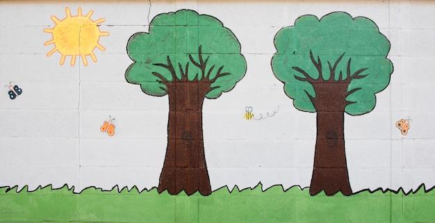 Симпатичные бабочки и деревья на белой стене