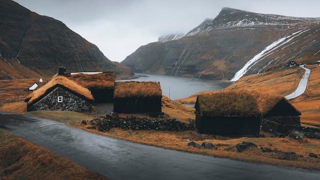 덴마크 saksun 마을 언덕에 있는 귀여운 오두막