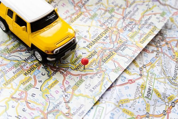 ドイツ地図にかわいい車