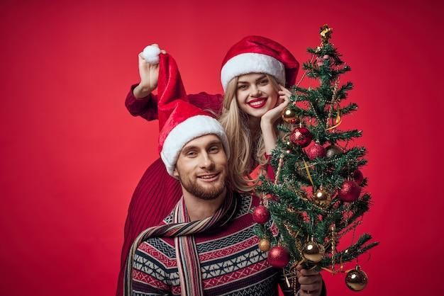 かわいい陽気な若いカップル新年の喜びの感情。高品質の写真